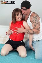 The new British MILF screws the delivery boy